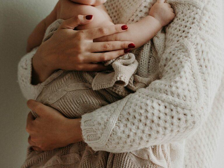 Donna che tiene in braccio un neonato